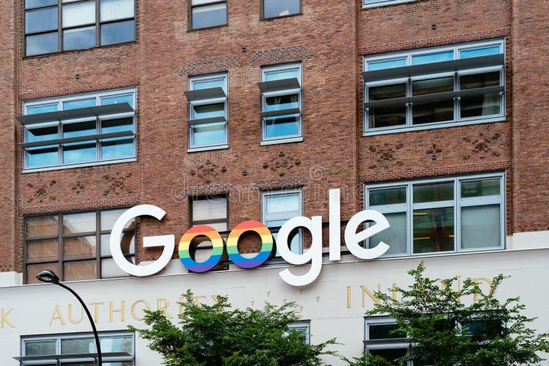 与彩虹颜色的谷歌标志在新的谷歌办公室外 库存图片