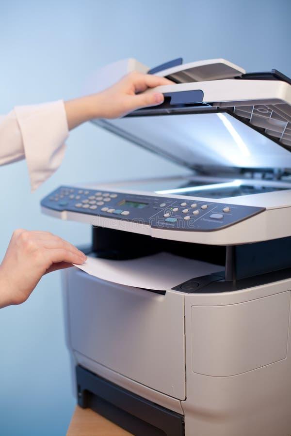 与影印机的妇女的现有量 免版税库存图片