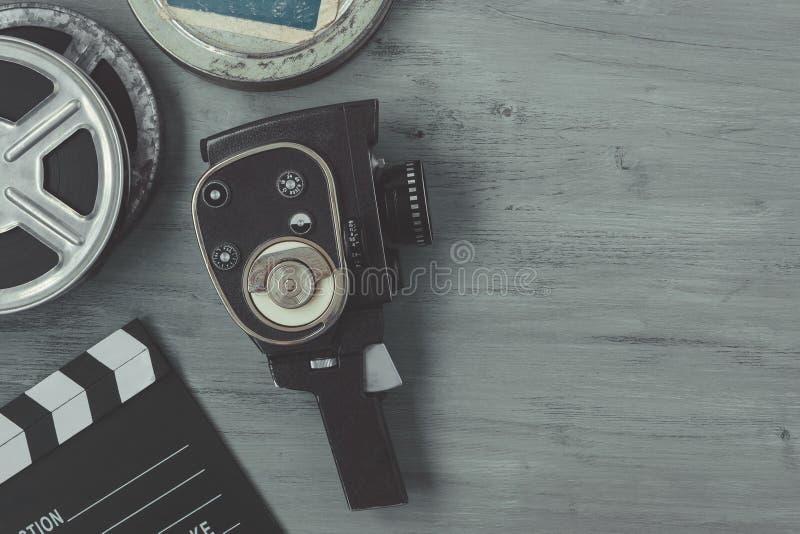 与影片轴和clapperboard的老电影摄影机 库存照片