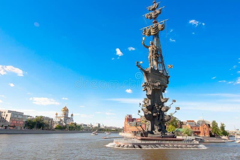 与彼得的Yakimanskaya堤防莫斯科河和Vodootvodny运河的第一纪念碑合流 库存图片