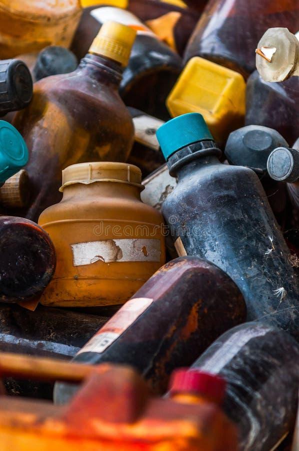 与很多瓶的有毒废弃物料的堆存地 库存图片
