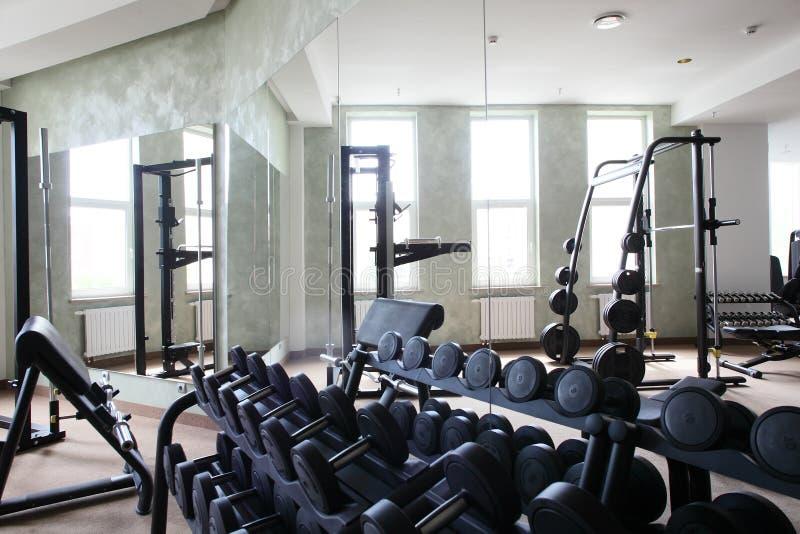 与很多窗口的明亮的健身房 库存照片