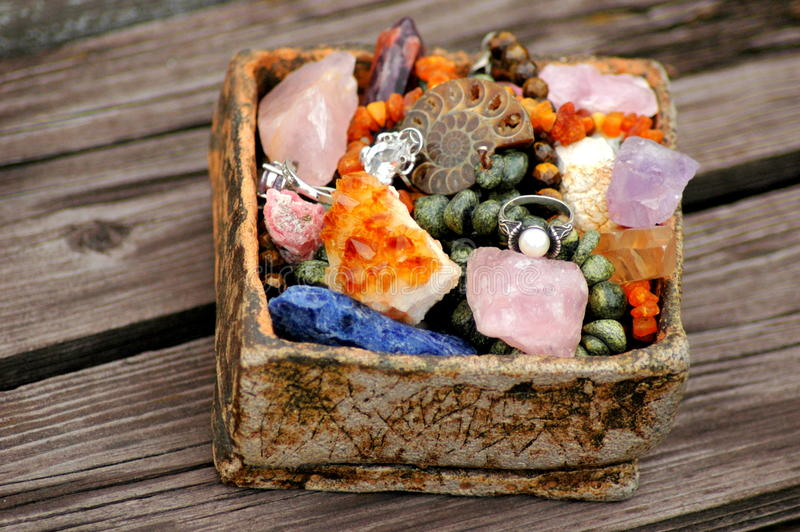 与很多自然石头的篮子 图库摄影