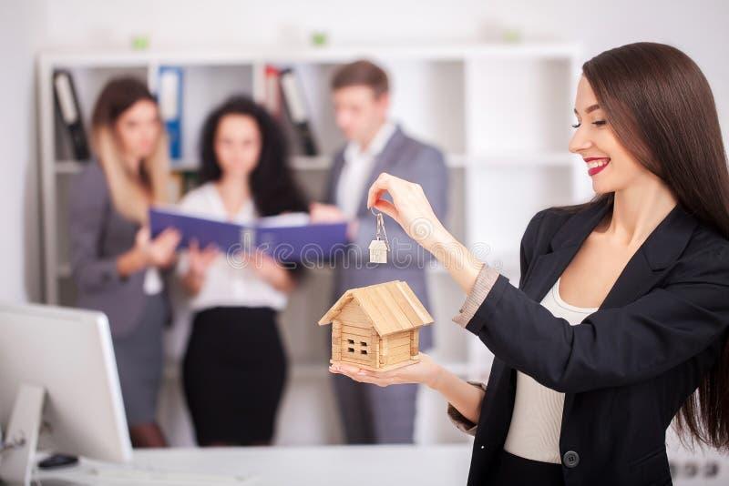 与得到新的家的家庭的房地产开发商画象 Busines 免版税图库摄影