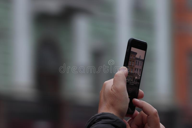 与得心应手的人照相在sankt彼得斯堡在度假在夏天 库存照片