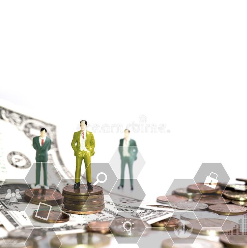 与微型玩具和金钱的企业概念,隔绝在白色背景 免版税库存照片