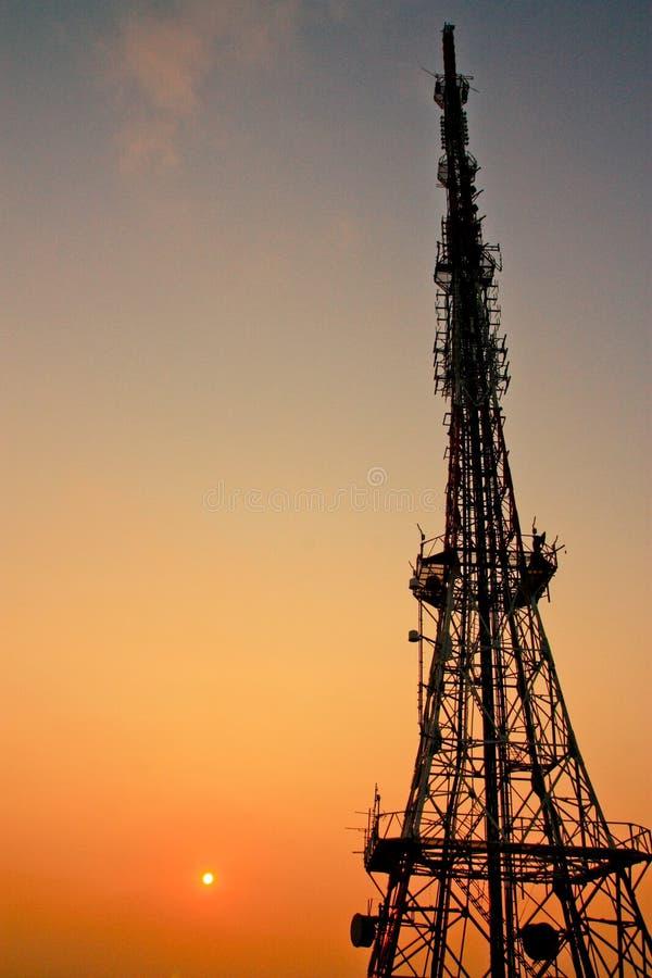 与微波链路的电信帆柱 库存照片
