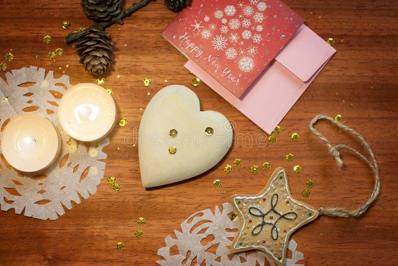 与心脏和蜡烛的新年卡片 免版税库存照片