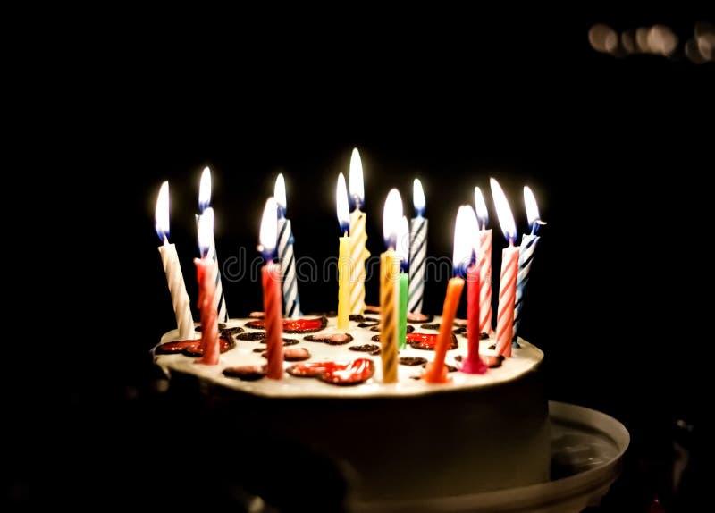 与心脏和蜡烛的蛋糕 免版税库存照片