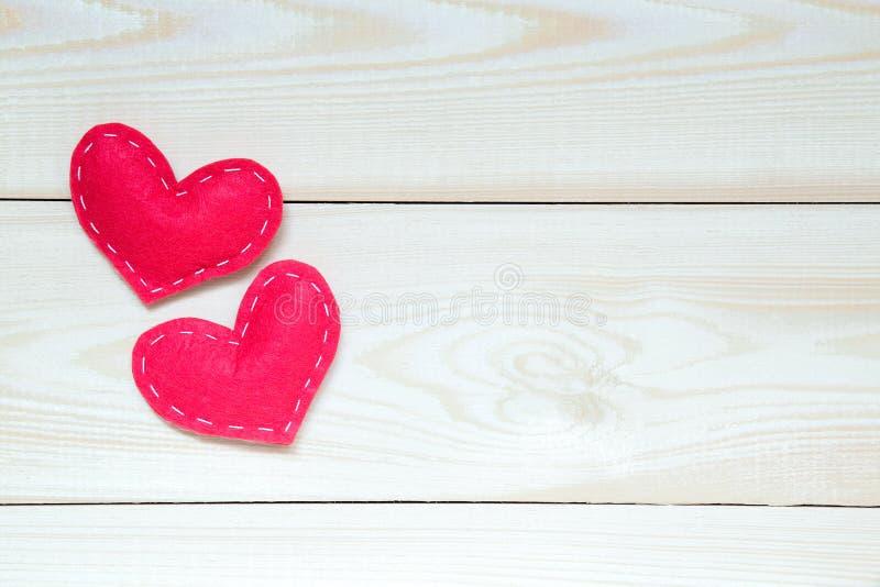与心脏在木桌上,顶视图的情人节背景 免版税库存照片