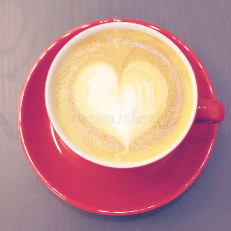 与心脏形状的热奶咖啡或拿铁咖啡 免版税图库摄影