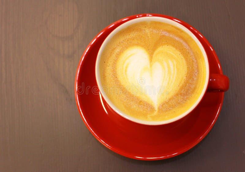 与心脏形状的热奶咖啡或拿铁咖啡 免版税库存照片