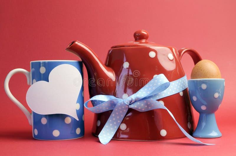 与心脏标记的红色,白色和蓝色早餐的拷贝空间。 库存图片