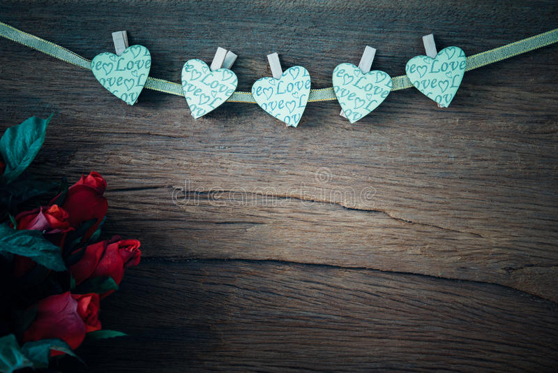与心脏的华伦泰英国兰开斯特家族族徽在老木背景 库存照片