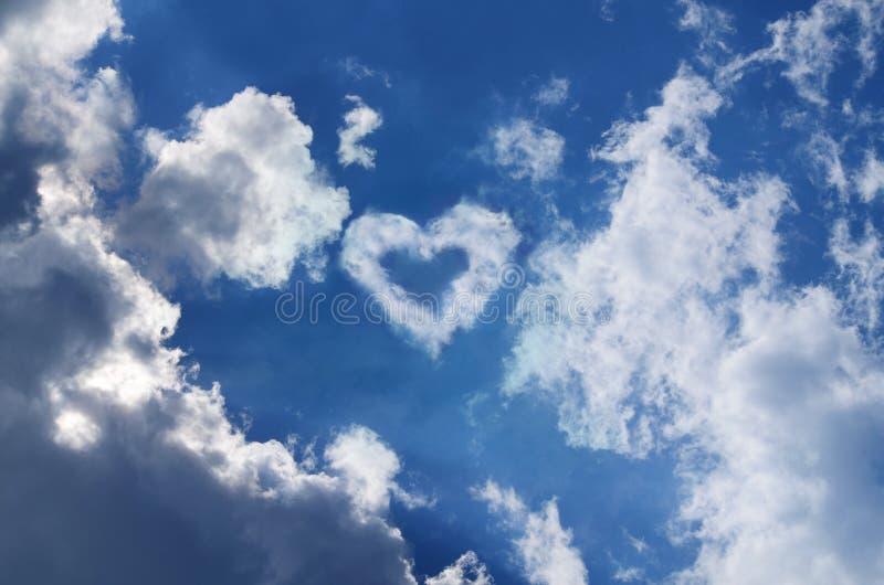 与心脏的天空在云彩 免版税库存照片