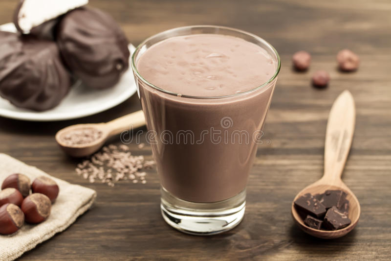 与心脏的巧克力牛奶冰淇淋在木背景 鸡尾酒,圆滑的人 库存照片