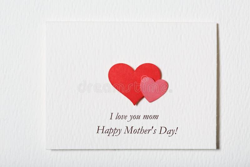 与心脏的愉快的母亲节白色消息卡片 图库摄影