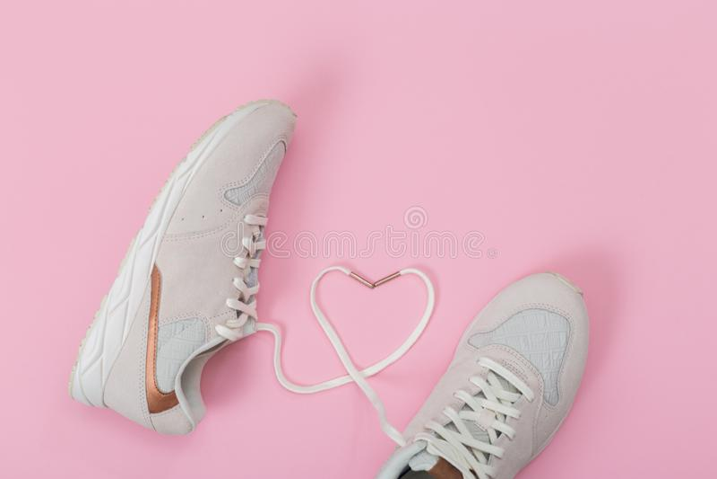 与心脏的时尚时髦教练员 爱,行家集合 女性运动鞋,在平的被放置的样式,顶视图的运动鞋 免版税图库摄影