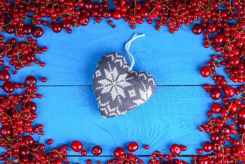 与心脏的框架由红浆果制成和樱桃塑造 库存照片