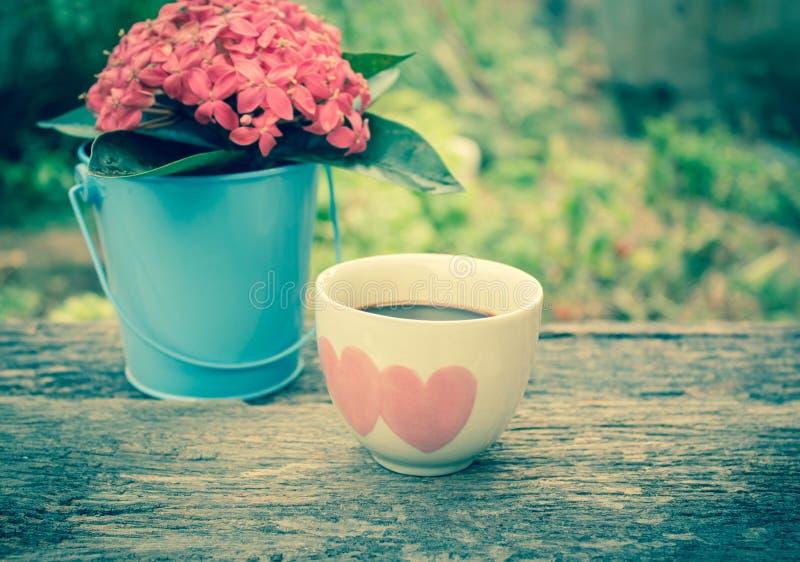 与心脏的热的咖啡 免版税库存照片