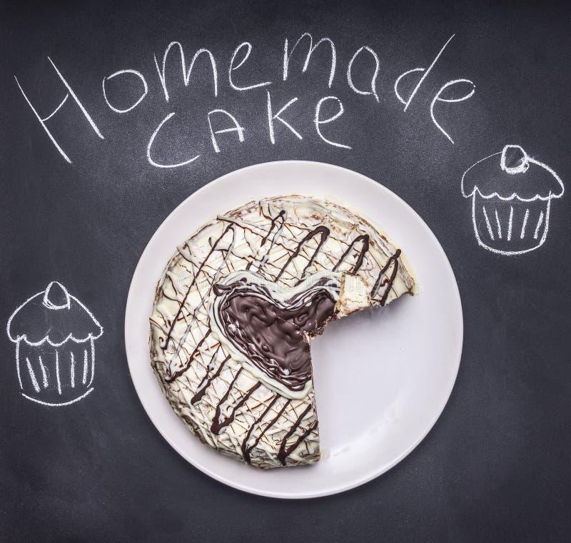 与心脏的自创蛋糕在黑板,蛋糕顶视图的样式 图库摄影