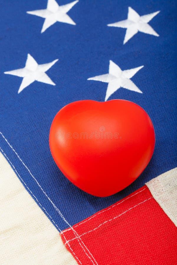 与心脏的整洁的美国旗子在它-演播室射击 库存图片