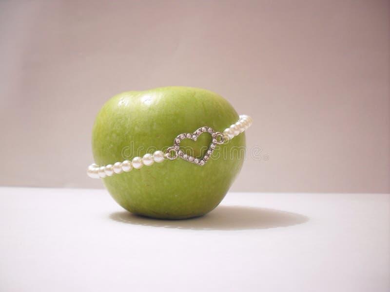 与心脏的绿色苹果 库存照片