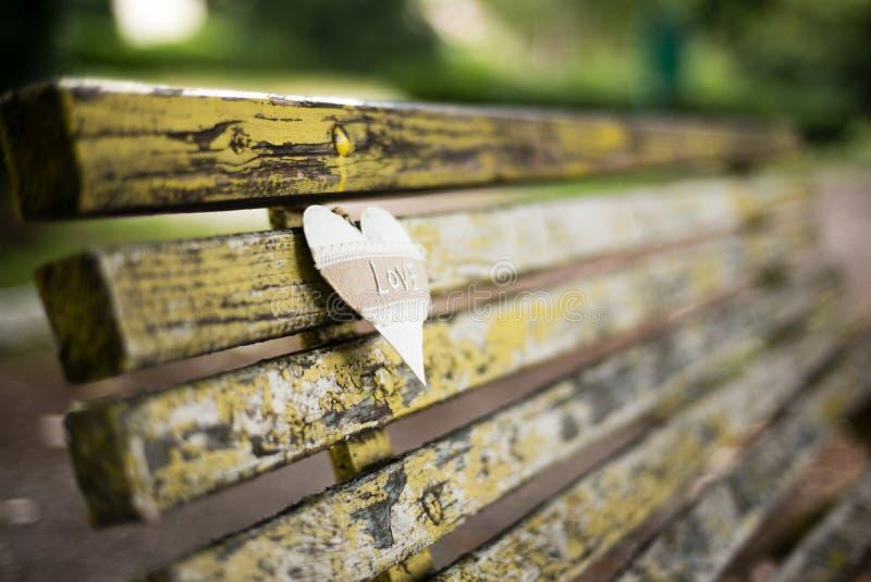 与心脏装饰的长凳 免版税图库摄影