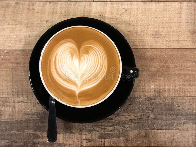 与心脏设计的热的咖啡热奶咖啡拿铁艺术 库存照片