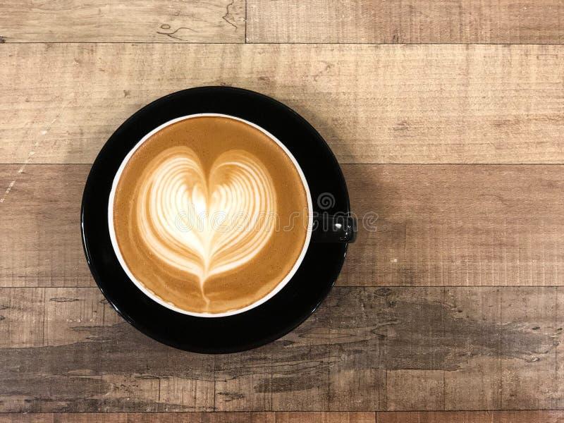 与心脏设计的热的咖啡热奶咖啡拿铁艺术 免版税库存照片
