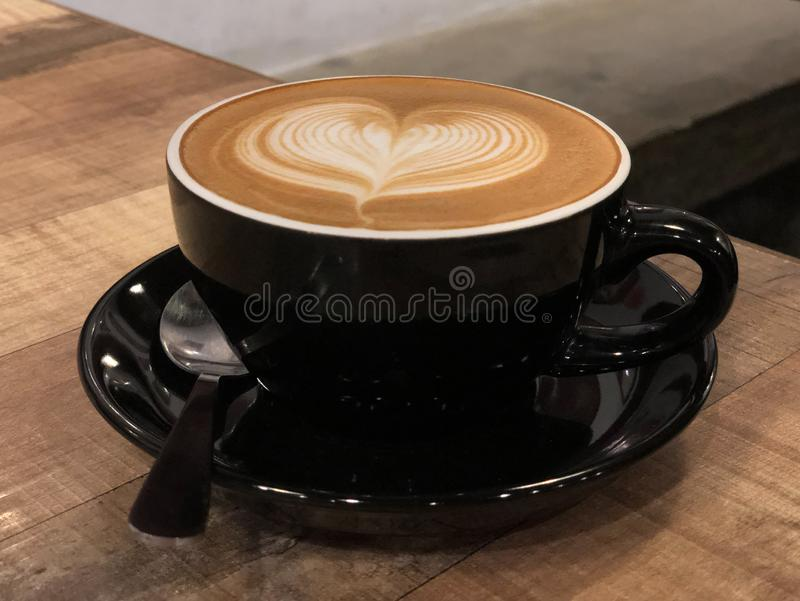 与心脏设计的热的咖啡热奶咖啡拿铁艺术 免版税库存图片