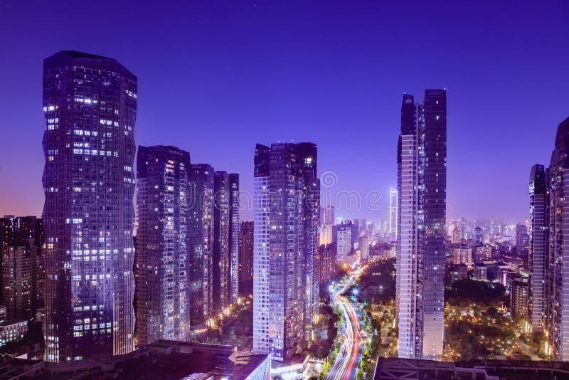 与忙碌交通的黄昏的,看法都市风景和摩天大楼在商业区 免版税库存照片