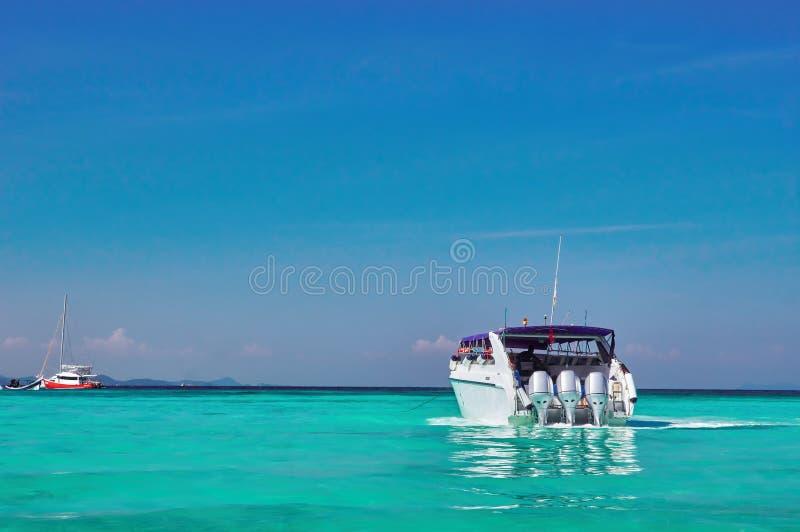 与快艇的海景在海湾用绿松石水,蓝天 晴朗横向的海洋 在热带海的概念室外活动 免版税库存照片