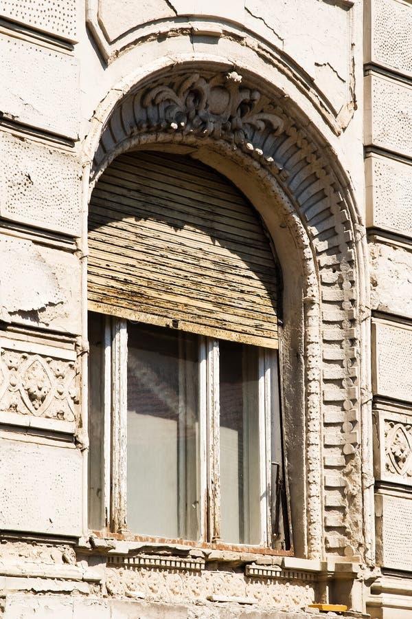与快门的老木窗口 库存图片