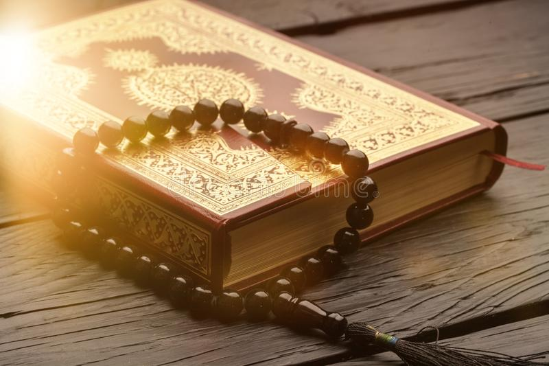 与念珠的伊斯兰教的书古兰经在背景 库存照片
