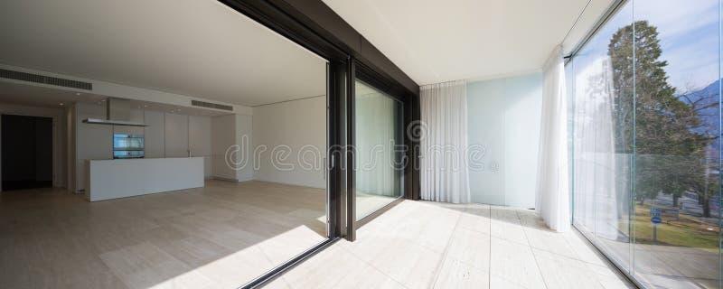 与忽略自然的大窗口的大阳台 免版税库存图片