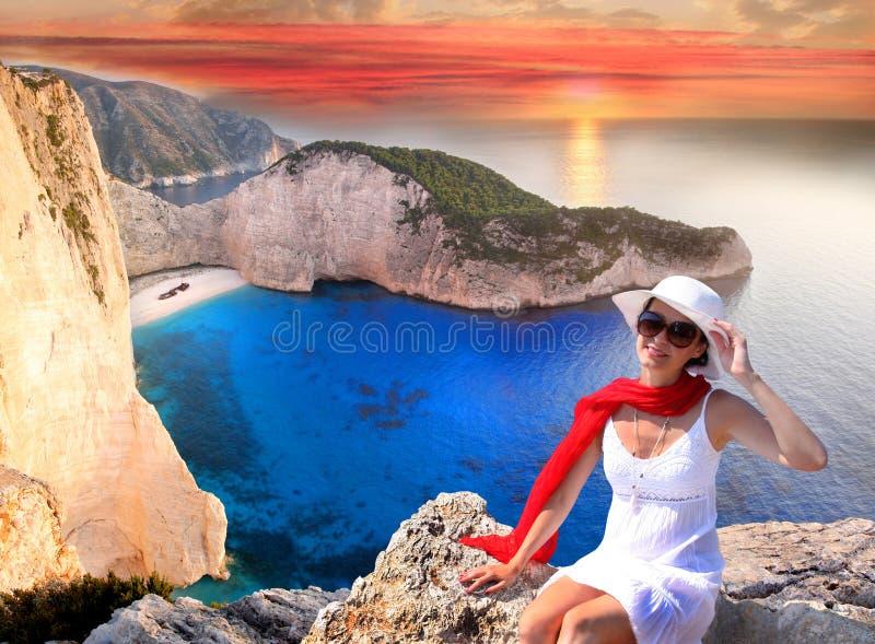 与性感的妇女的Navagio海滩 库存图片