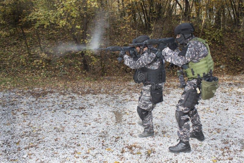 与恐怖主义,特种部队战士作战,有攻击步枪的,警察扑打 库存图片