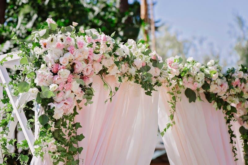 与恰好花装饰的婚礼曲拱 免版税图库摄影