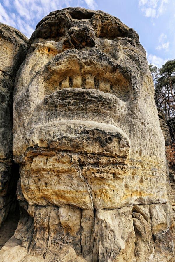 与恼怒的人的巨大的面孔的大岩石 免版税库存图片