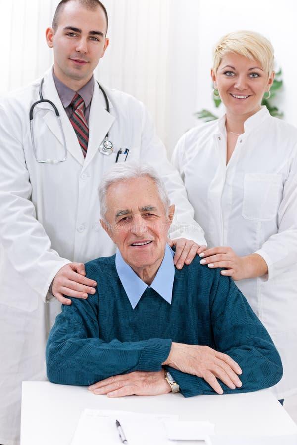 与患者的医疗队 免版税图库摄影