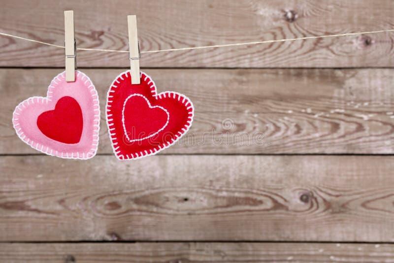 Download 与情人节心脏装饰的晒衣绳 库存照片. 图片 包括有 照片, 华伦泰, 颜色, 生活, 停止, 重点, 土气 - 62534154