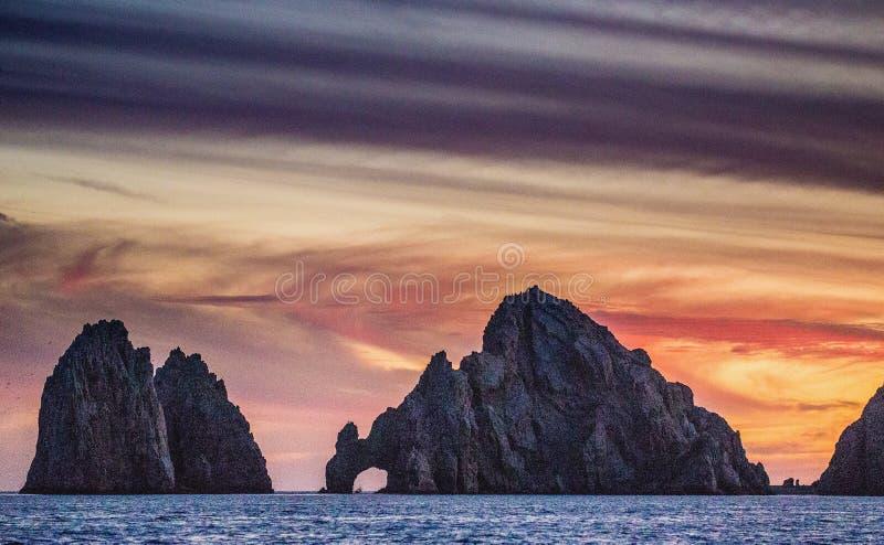 与惊人的美丽的天空的日落在海岸线加利福尼亚半岛上 墨西哥 免版税图库摄影