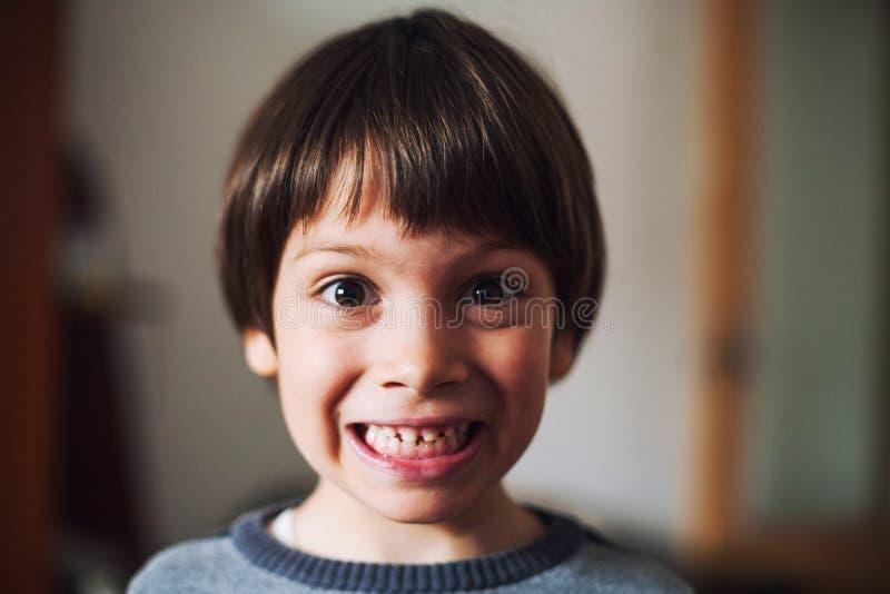 与惊奇的面孔的滑稽的孩子 免版税库存照片