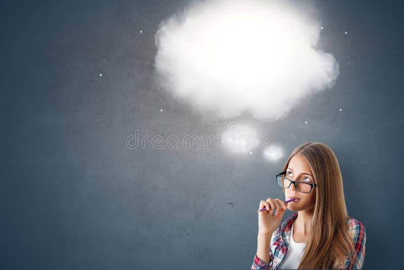 与想法云彩的有吸引力的白种人womam 免版税库存图片