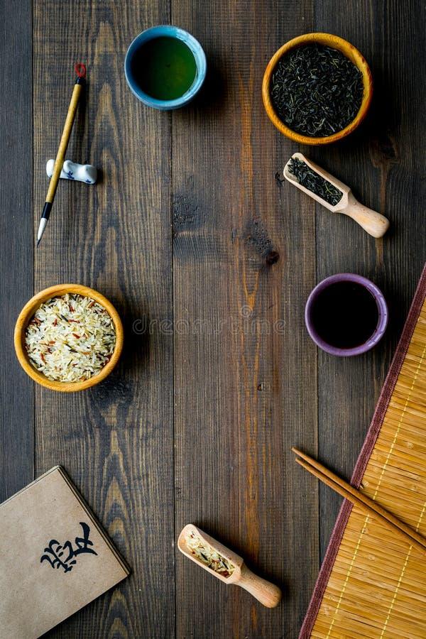 与意味爱用英语的象形文字的中国传统标志概念 茶,米,竹碗碟衬垫,筷子 库存图片