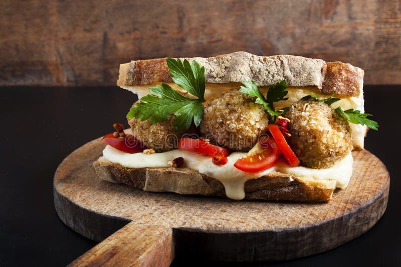 与意大利煨饭arancini球的三明治 库存图片