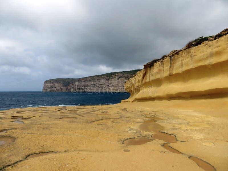与戈佐岛海岛岩石的海景  图库摄影