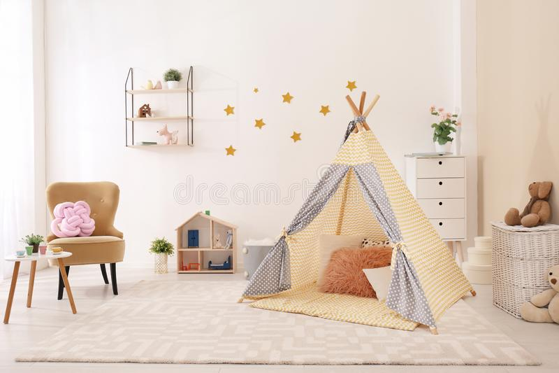 与戏剧帐篷的舒适孩子室内部 免版税库存图片