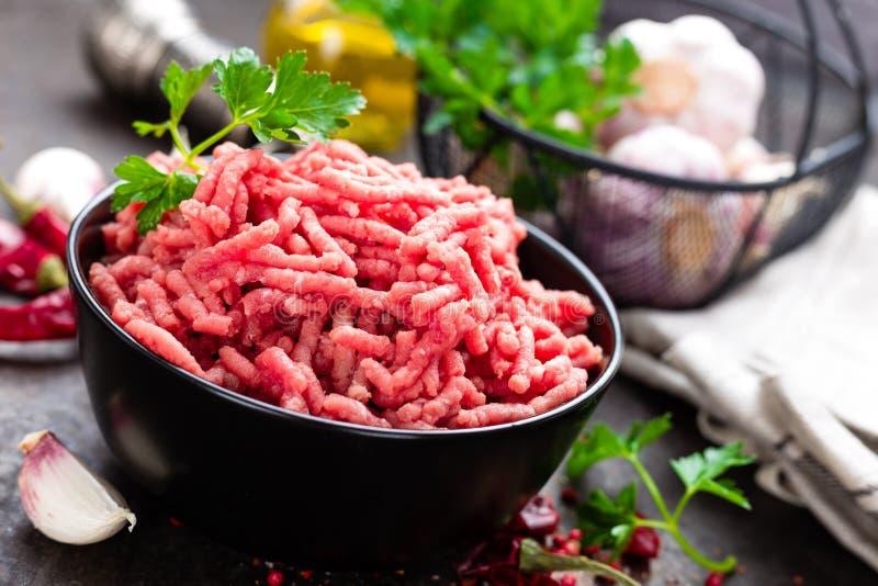 与成份的未加工的绞细牛肉肉烹调的 被剁碎的鲜肉 库存照片